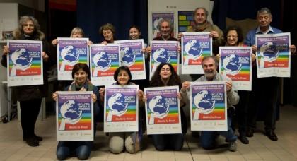 un gruppo di attivisti della campagna #unaltradifesaèpossibile